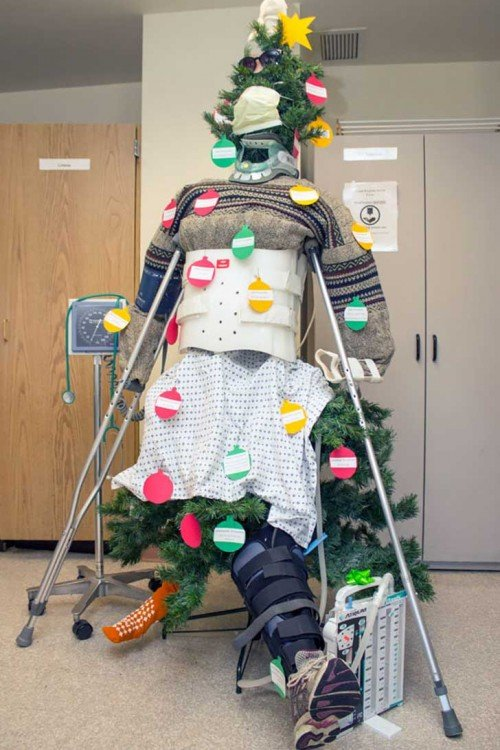 Árbol de navidad decorado con cosas y utensilios de hospital