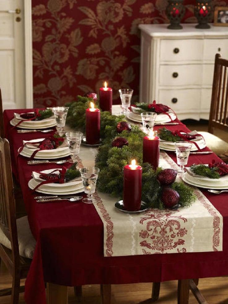 mesa decorada con manteles y veladoras en color vino