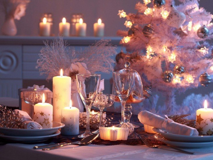 centros de mesas con copas, velas y bases pasteleras