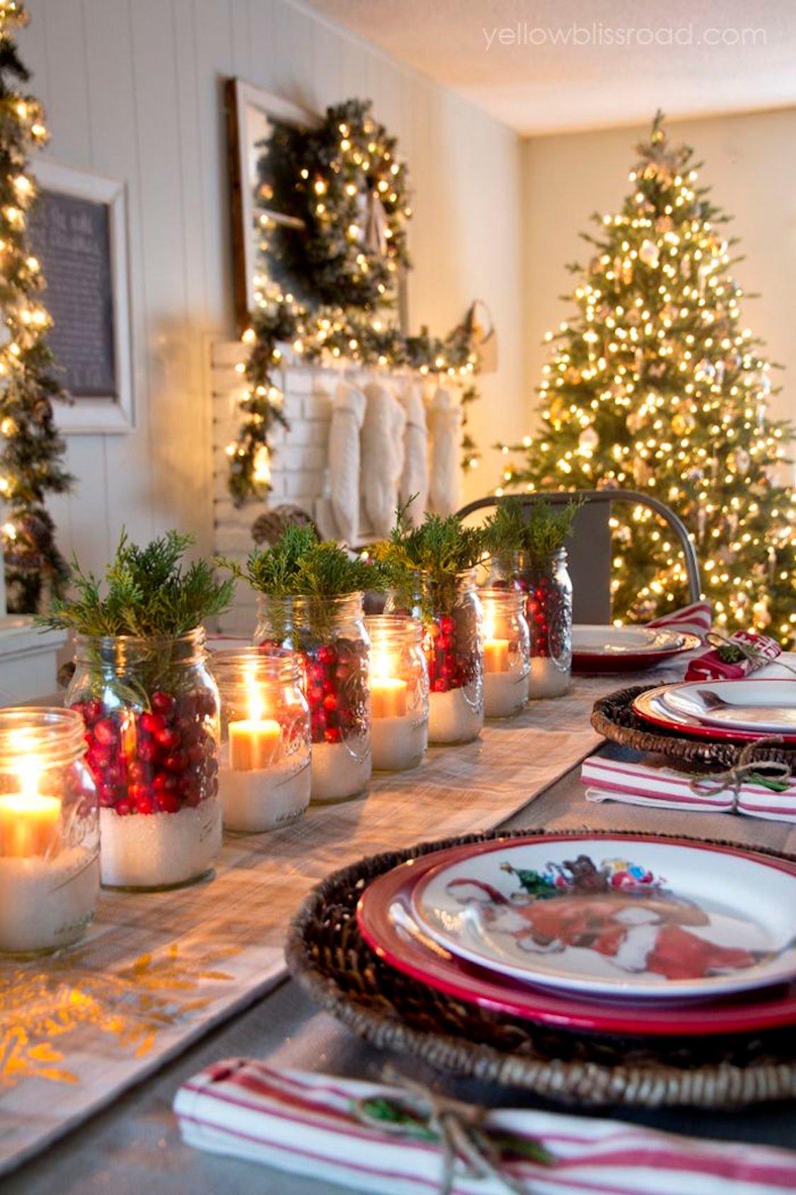 frascos con velas y aromas como centro de mesa en navidad