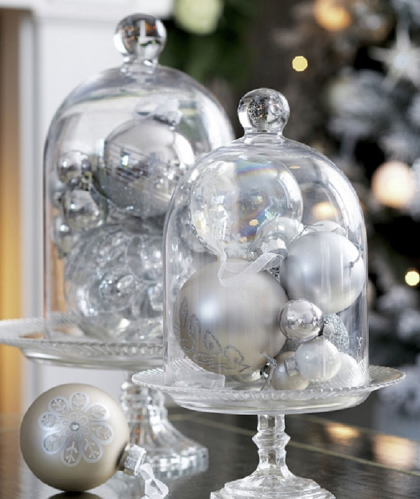 base pastelera con esferas dentro como centro de mesa en navidad