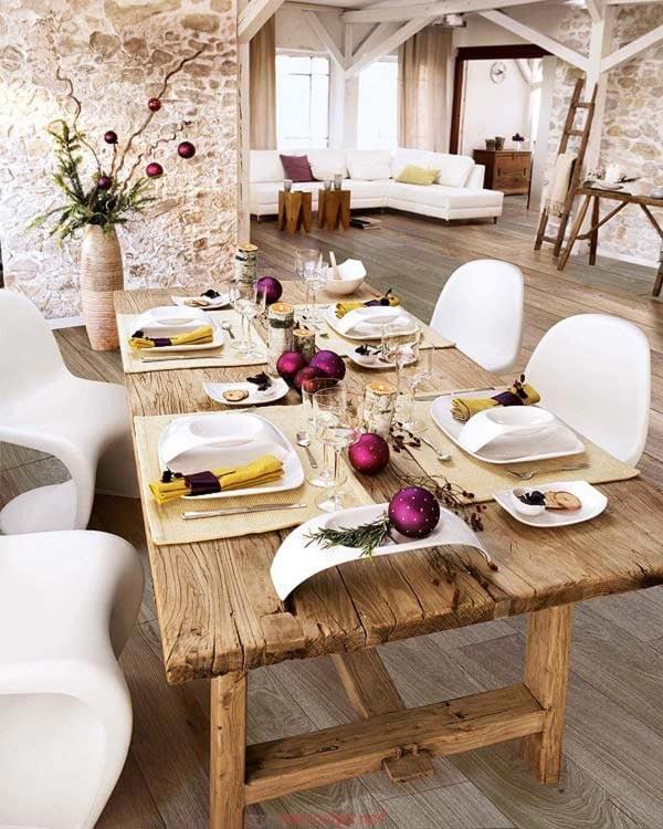 esferas en el centro de una mesa de madera