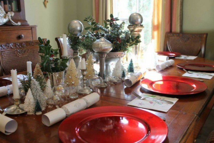 decoración navideña con árboles y esferas en una mesa