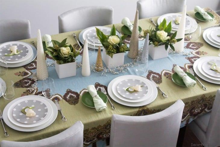 centro de mesa decorado con árboles de navidad y flores