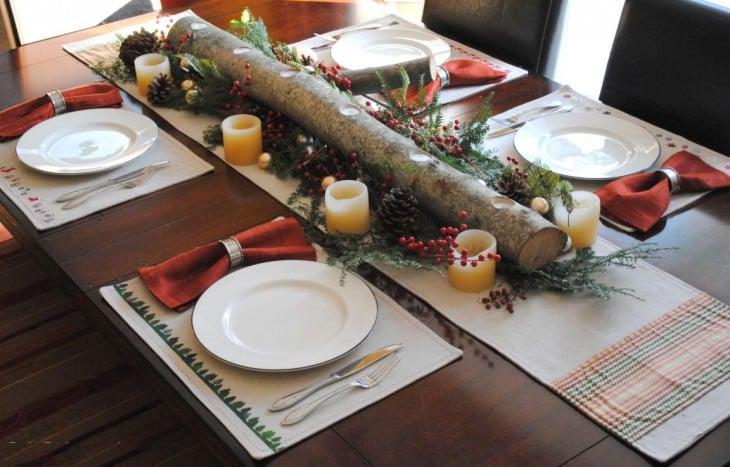 centro de mesa con un palo de madera rodeado con pequeñas velas