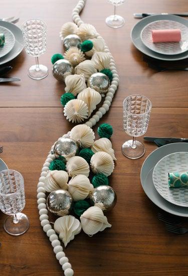 collar de perlas blancas con algunas esferas y adornos de navidad