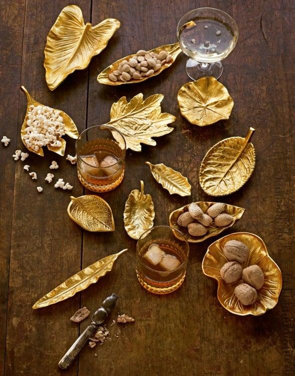 mesa decorada con adornos dorados en forna de flores