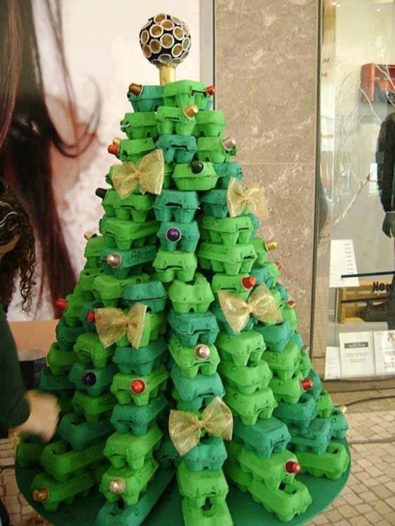 árbol de navidad formado con carteras de huevo en color verde