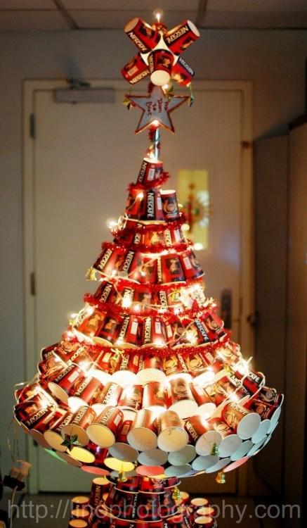 árbol de navidad hecho con vasos de café