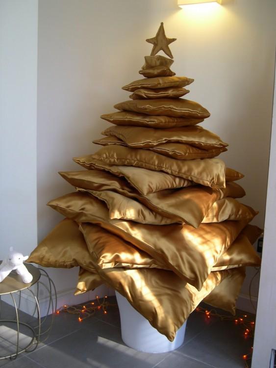 Rincón de la casa adornado con un árbol de navidad hecho con almohadas