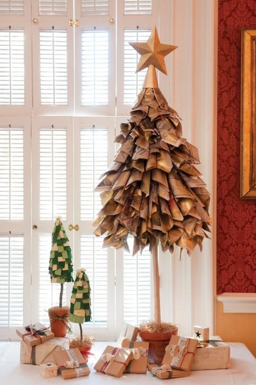 árbol de navidad hecho con periódico