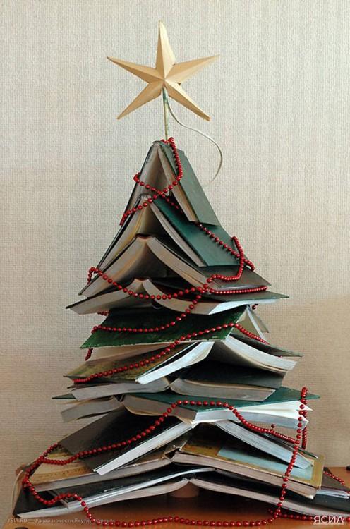 libros apilados que forman un árbol de navidad