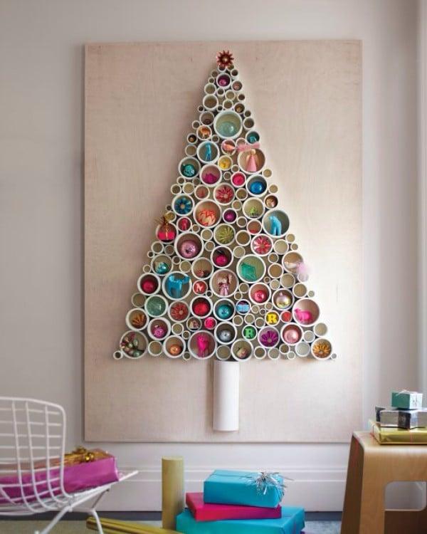 tubos pvc fijos decorados en la pared formando un árbol de navidad