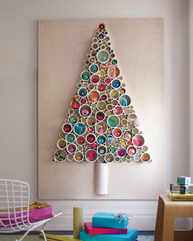 tubos pvc fijos decorados en la pared formando un rbol de navidad - Arboles De Navidad Adornados