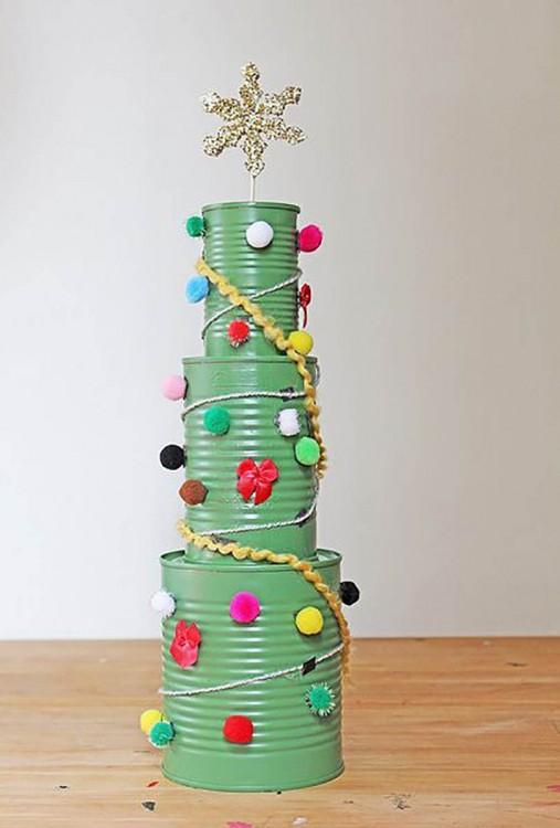 árbol de navidad hecho con tres latas decoradas apiladas una sobre otra