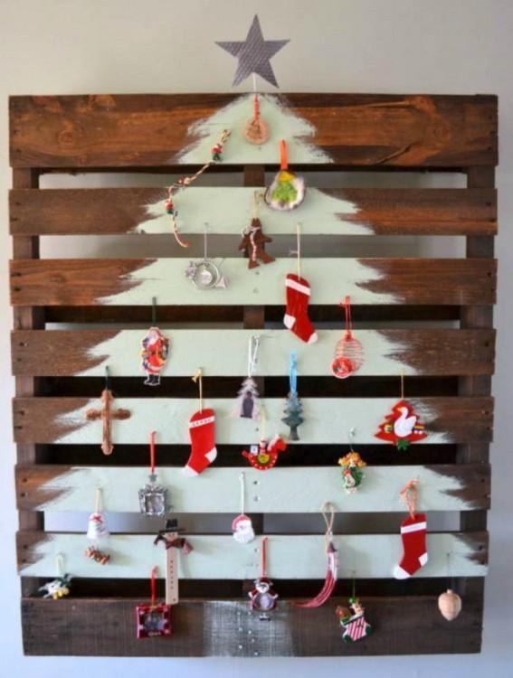 tabla de madera decorada con decoración de un árbol de navidad