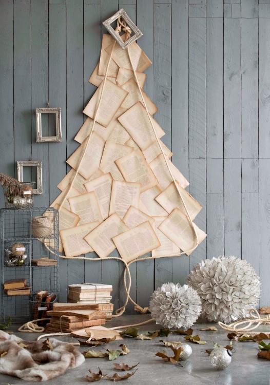 hojas de papel pegadas en la pared en forma de un árbol de navidad