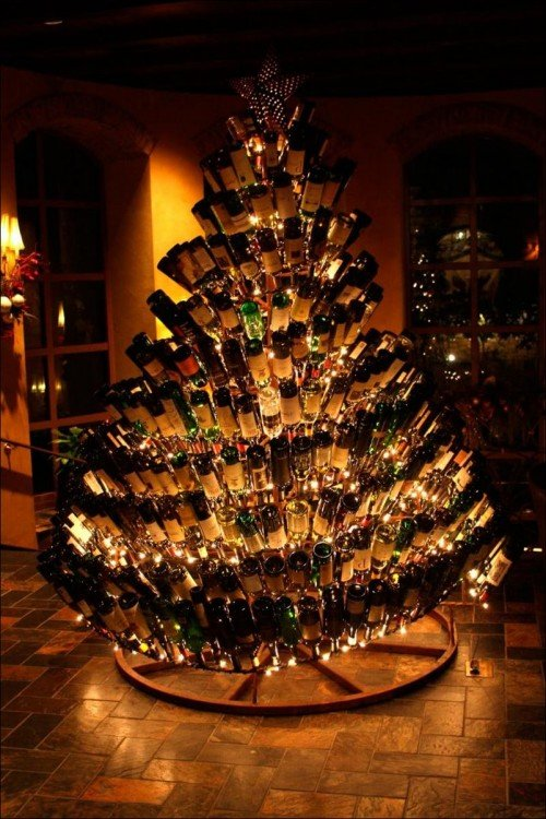 árbol de navidad decorado con botellas de vino