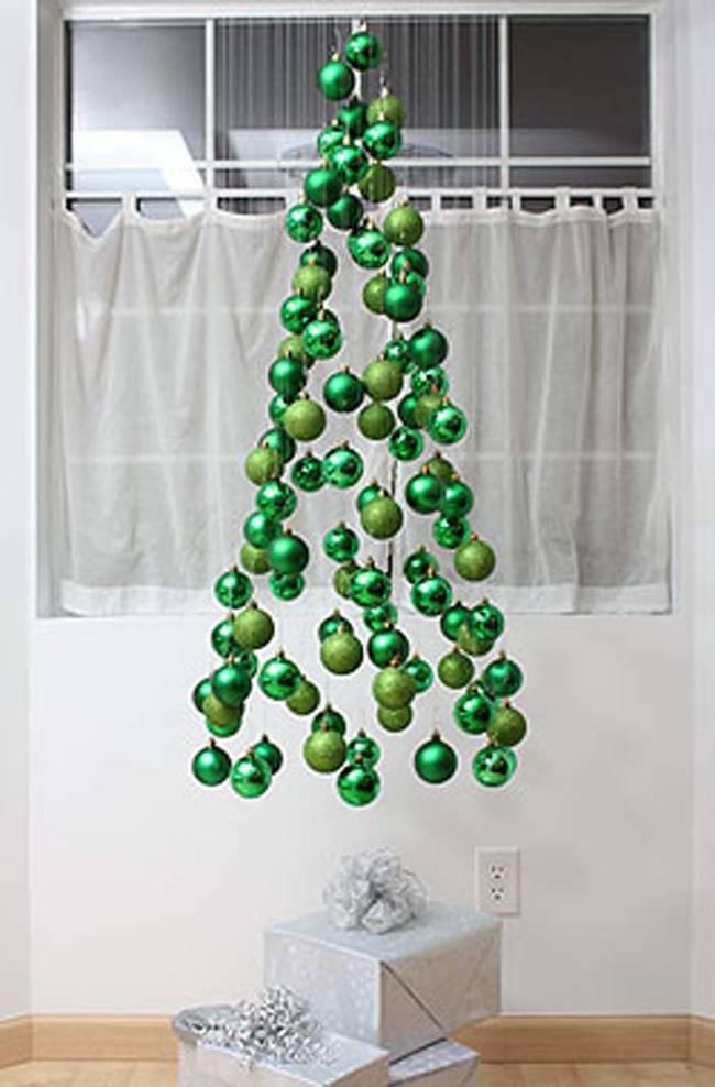 rbol de navidad con esferas colgantes