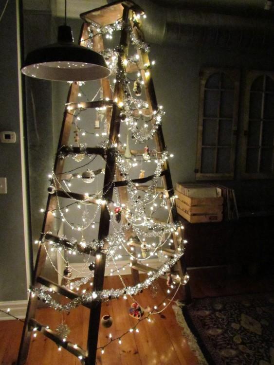 escaleras decoradas como si fuera un árbol de navidad