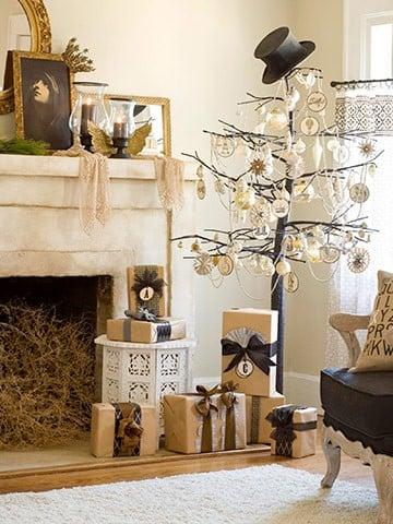 ramas de rbol adornadas con esferas en la sala de una casa