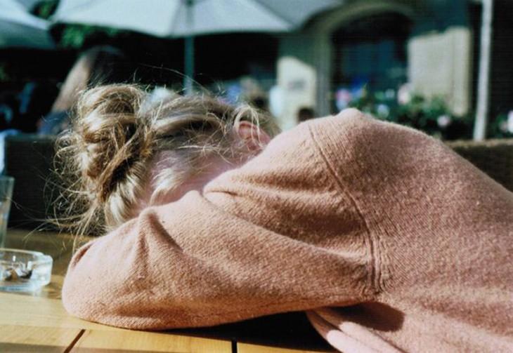 muchacha dormida en clase porque no durmió bien
