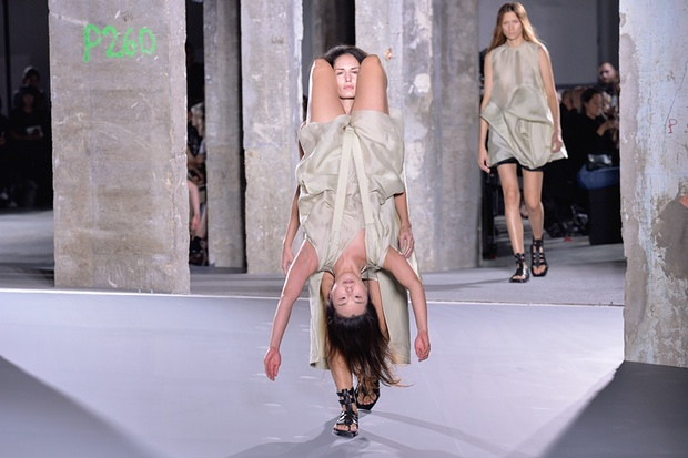 Una modelo caminando con otra modelo caminando sobre sus hombros