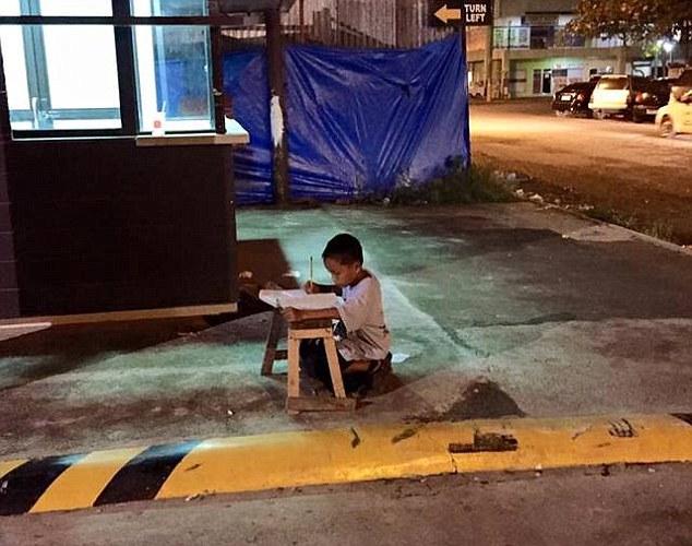 Niño estudiando afuera de McDonalds
