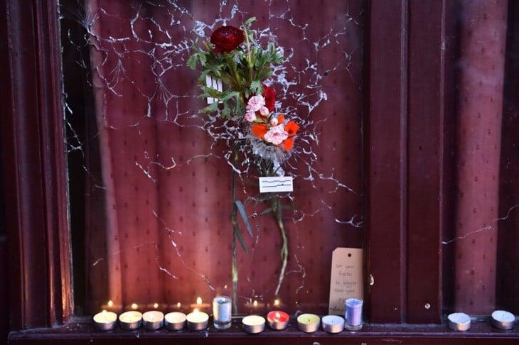 altar de flores y velas en Francia
