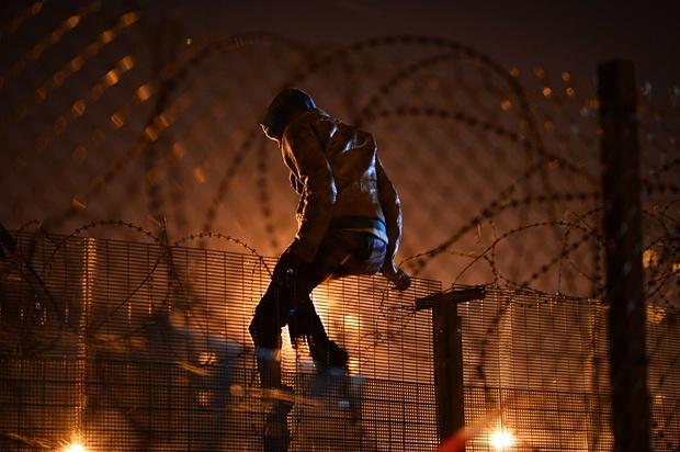 hombre salta la valla de calais