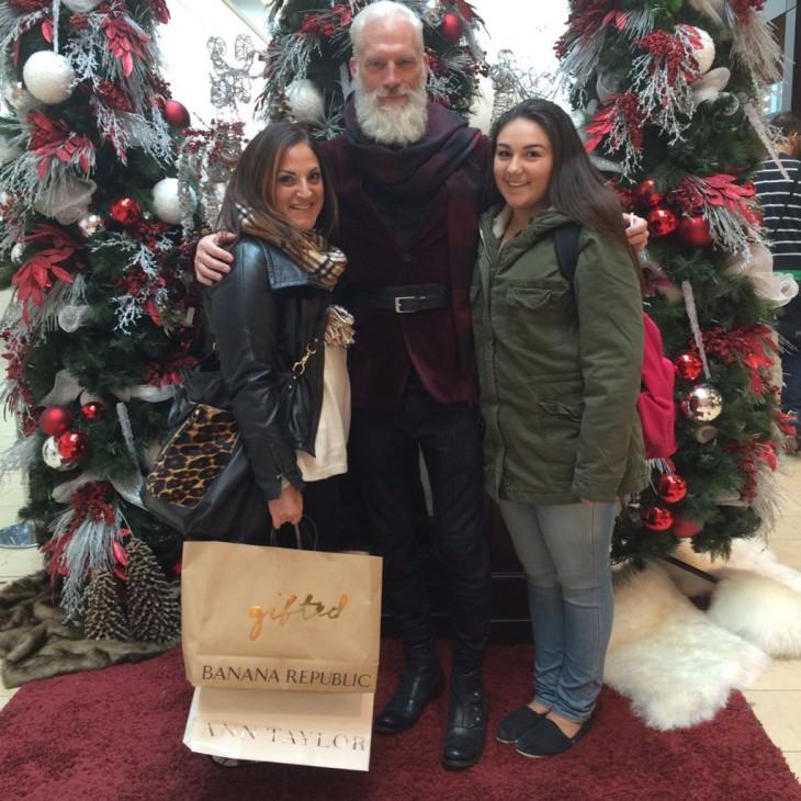 Dos mujeres a lado del Fashion Santa en el centro comercial de Toronto
