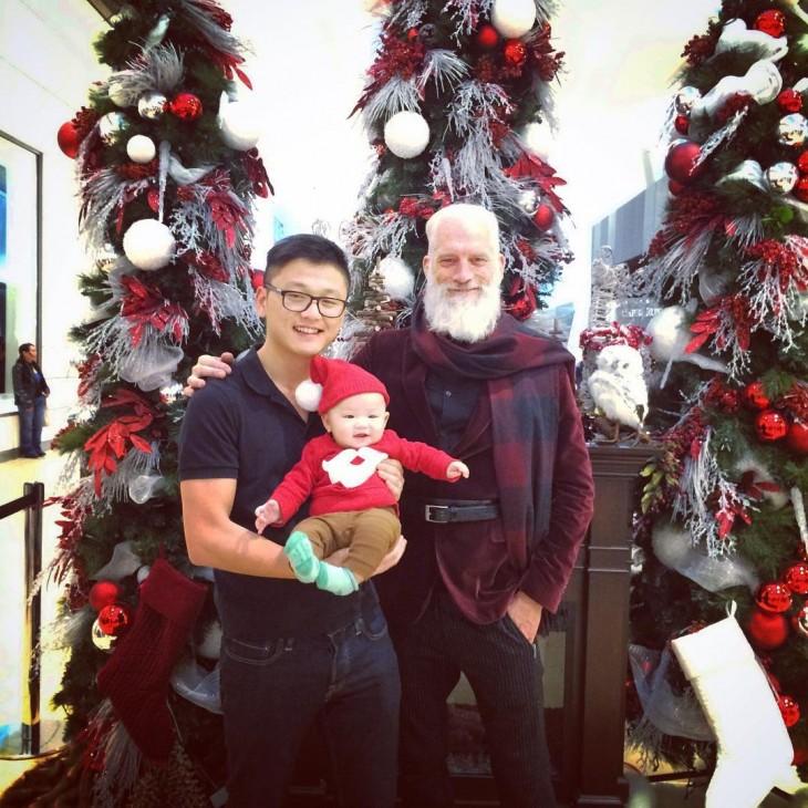 Fashion Santa con un chico y una bebé en brazos