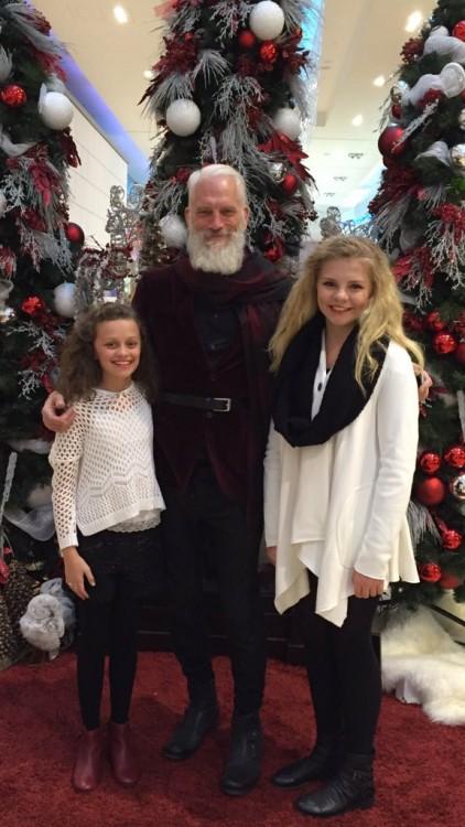 fotografía de dos chicas con el Fashion Santa