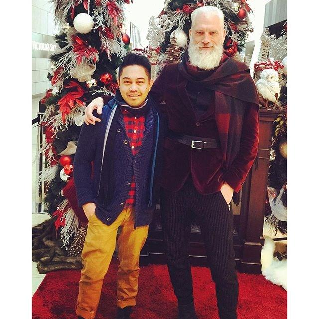 Fashion santa a un lado de un chico en el centro comercial de Toronto