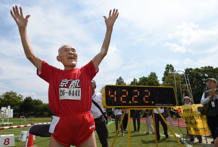 Hombre de 105 años que corrió 100 metros en 42.22 segundos
