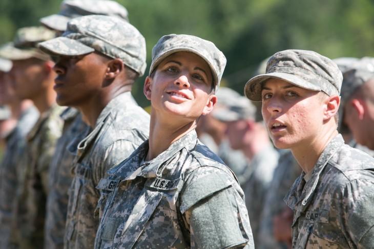 primeras dos mujeres graduadas del ejercito estadounidense
