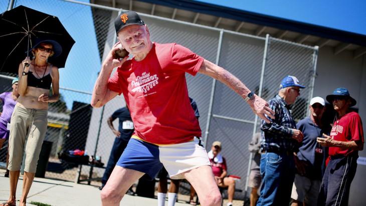 Lanzamiento de bala en los juegos olímpicos para personas mayores en Estados Unidos