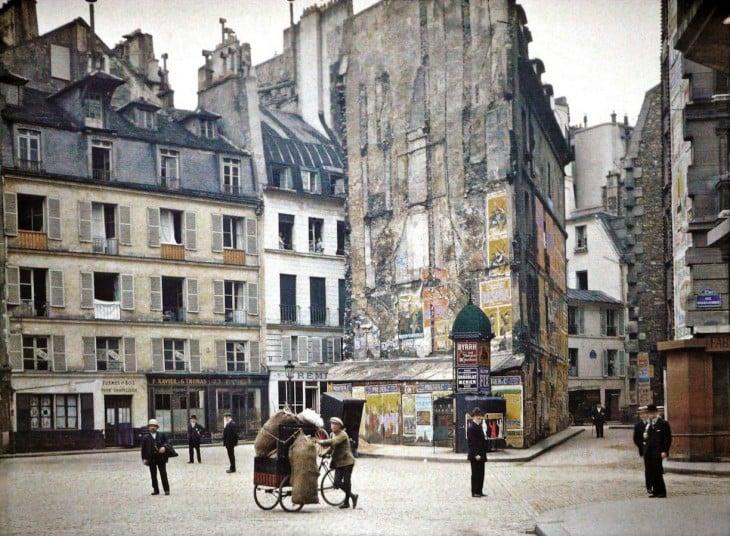 Personas caminando por las calles de París en 1914