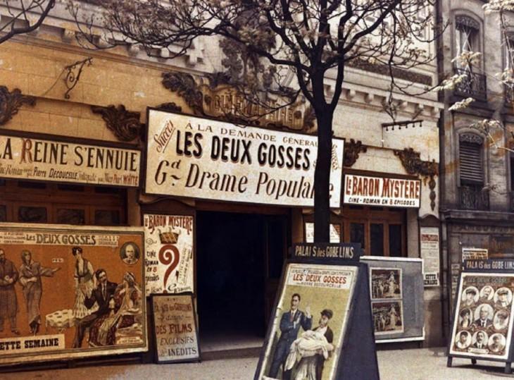 teatro en París con publicidad de sus funciones