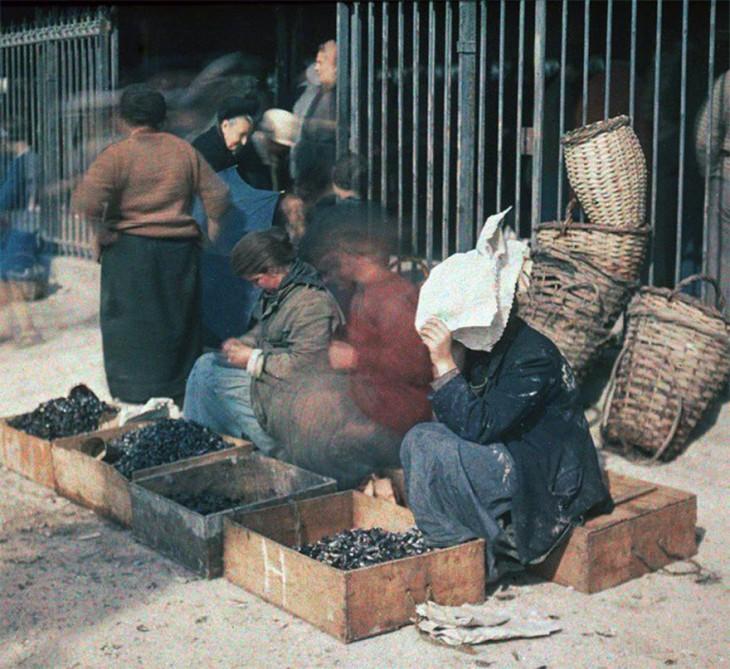 Vendedores ambulantes en las calles de París a principios del siglo XX