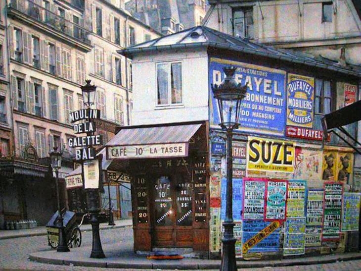 Carteles y publicidad en un café de París en 1914