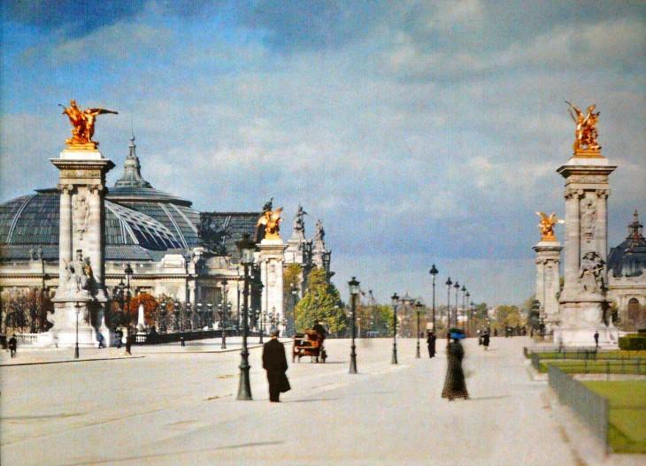 Personas caminando a mitad de la calle por París en el siglo XX