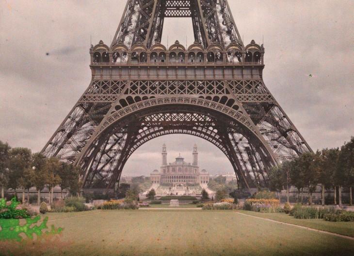 fotografía a la parte inferior de la torre eifel en París en 1914