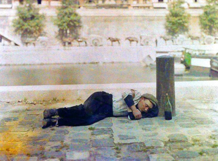 Hombre dormido en una calle de parís a principios del siglo XX