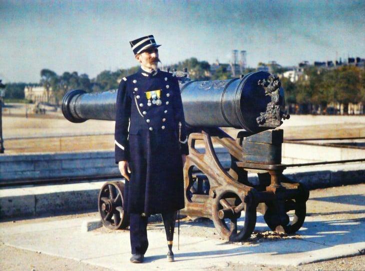 soldado de parís con una pata de palo a lado de un cañón