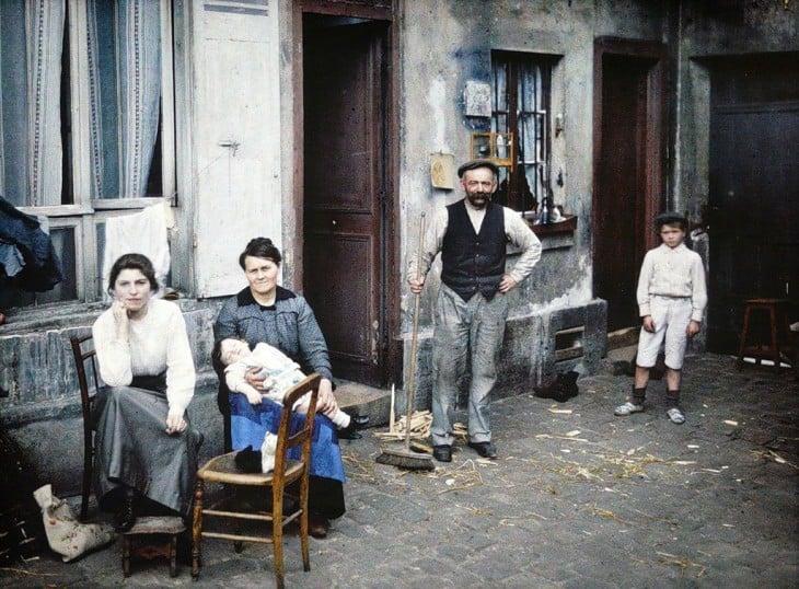 Familia a fuera de su casa en París, 1914