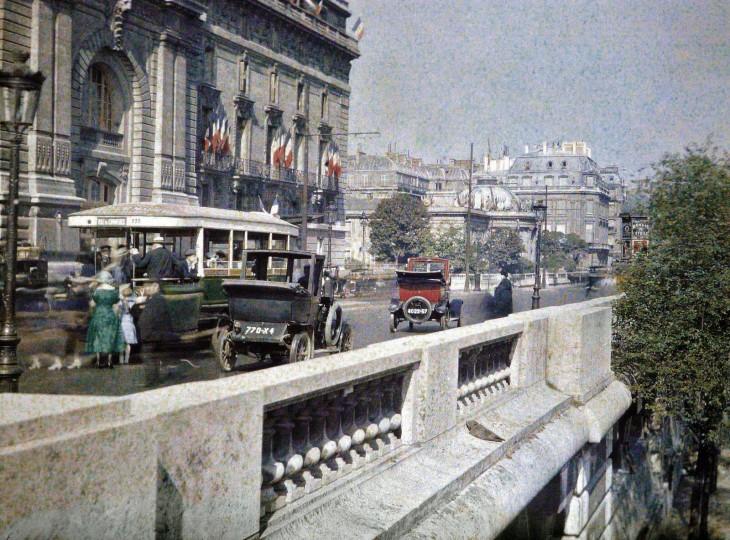 Carros transitando por las calles de París a principios del siglo XX
