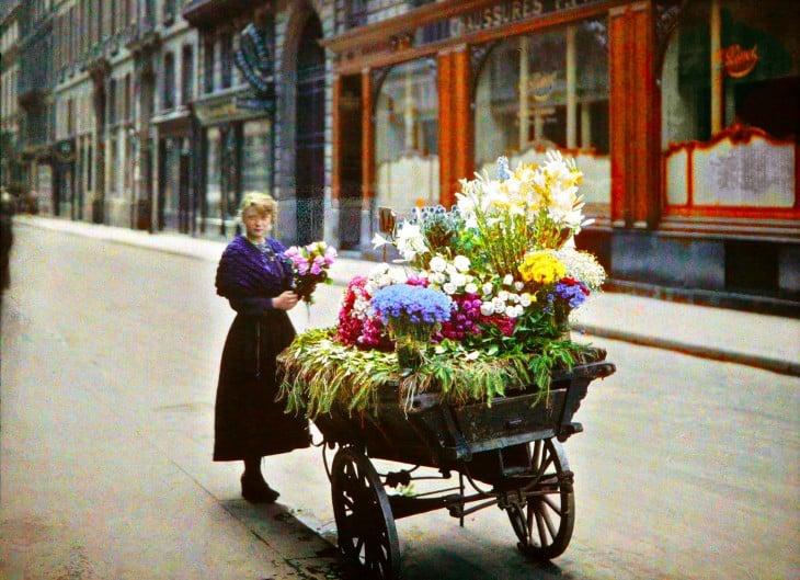 Mujer con una carreta de flores en las calles de París a principios del siglo XX