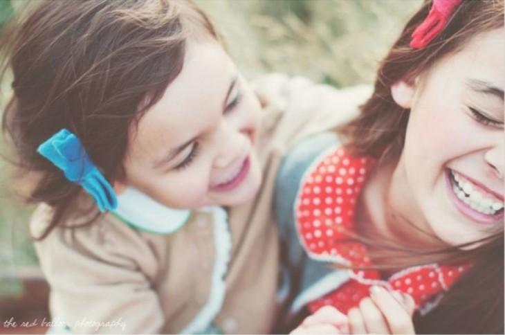 foto de dos niñas sonriendo la una con la otra
