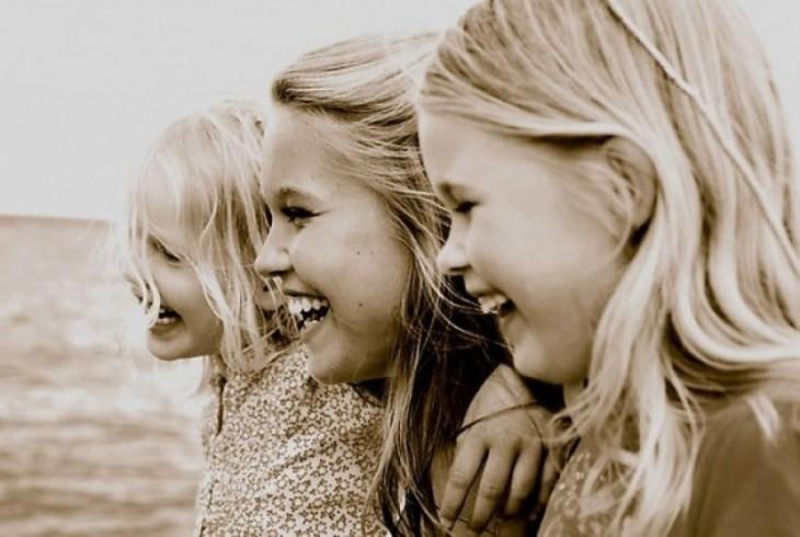 Fotografía de tres hermanas sonriendo